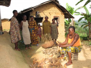 Les cinq femmes montrent et expliquent à (Chalotte la trésorière de GERFA Cameroun) les problèmes qu'elles ont au village